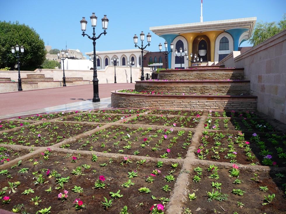 mascate-palais-du-sultan-parterres-fleuris-decouverte-oman-michel-bessone