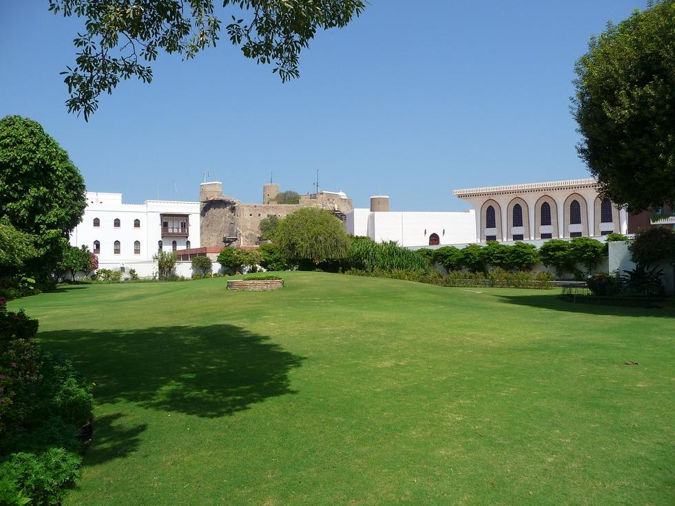 mascate-gazon-quartier du palais al alam-decouverte-oman-michel-bessone