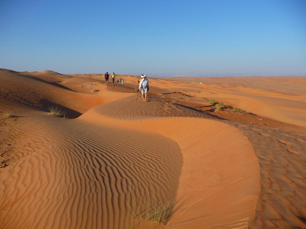 Oman. Randonnée à pied dans le désert de Wahiba.