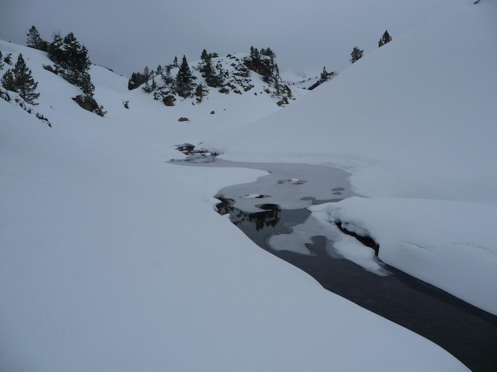 petit defile-aval-lac du milieu-raquettes-massif du neouvielle-pentecote