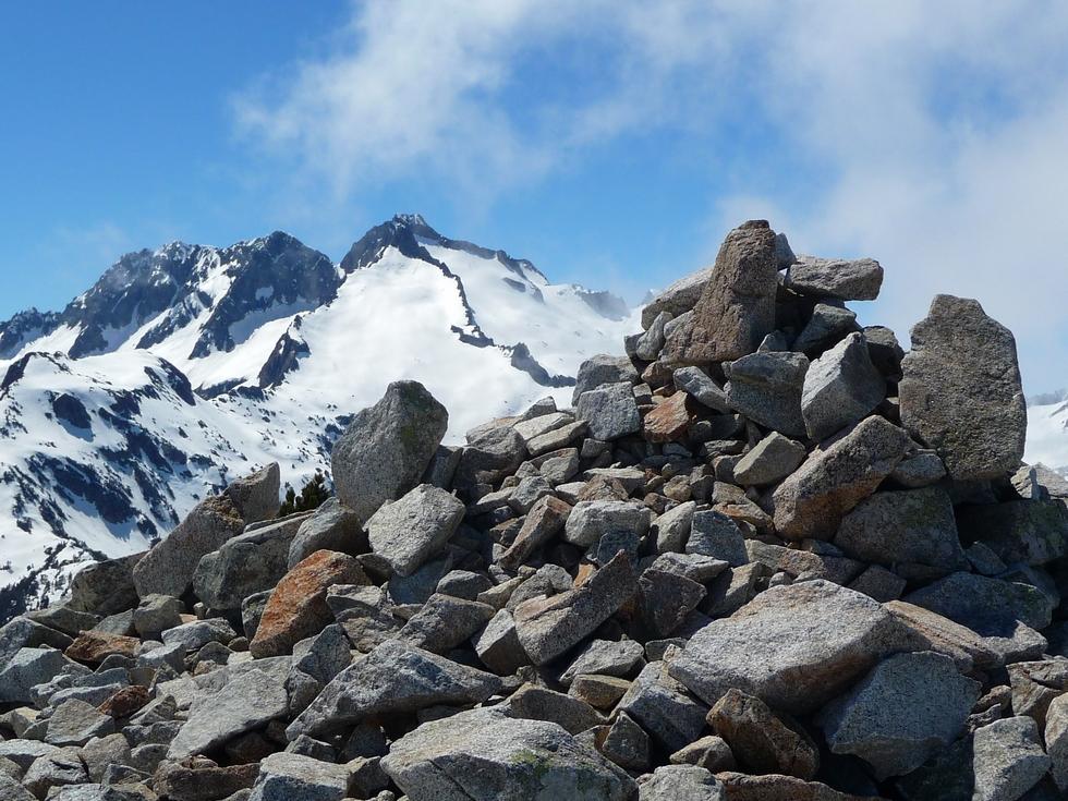 cairn du sommet-pic de neouvielle-raquettes-monpelat