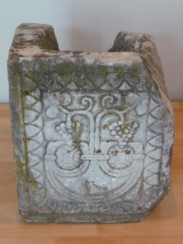 decor-pelte-tetes-oiseaux-saint-pe-ardet-stele-guchan