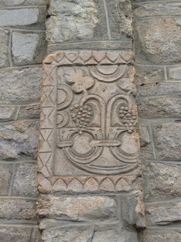 pierre-funeraire-pelte-tetes-oiseaux-saint-aventin-stele-guchan