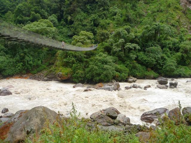 pont-suspendu-riviere-en-furie-tour-des-annapurnas-nepal