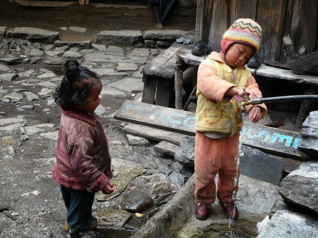 enfants-point-d-eau-tour-des-annapurnas-nepal