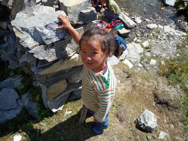 petite-nepalaise-lessive-dans-le-torrent-tour-des-annapurnas-nepal