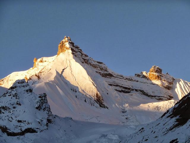 une-cime-parmi-des-centaines-tour-des-annapurnas-nepal