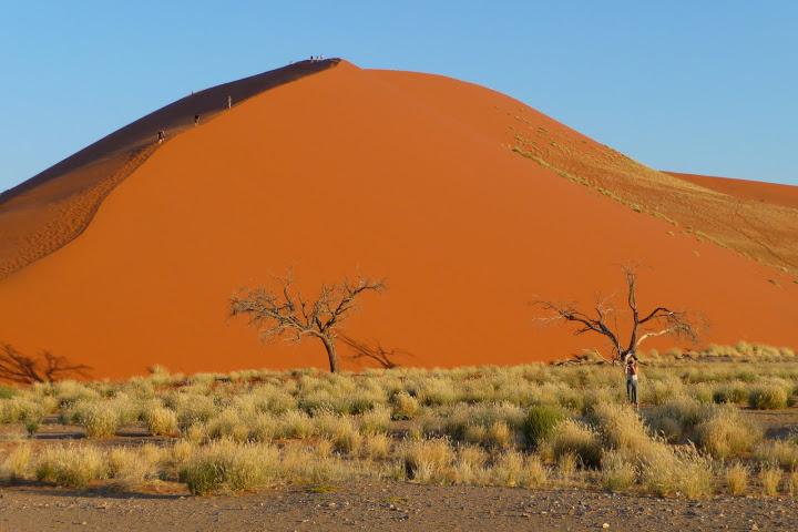 randonneurs-sur-une-dune-namibie