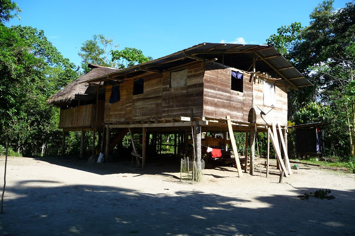 habitat-traditionnel-amazonien-equateur