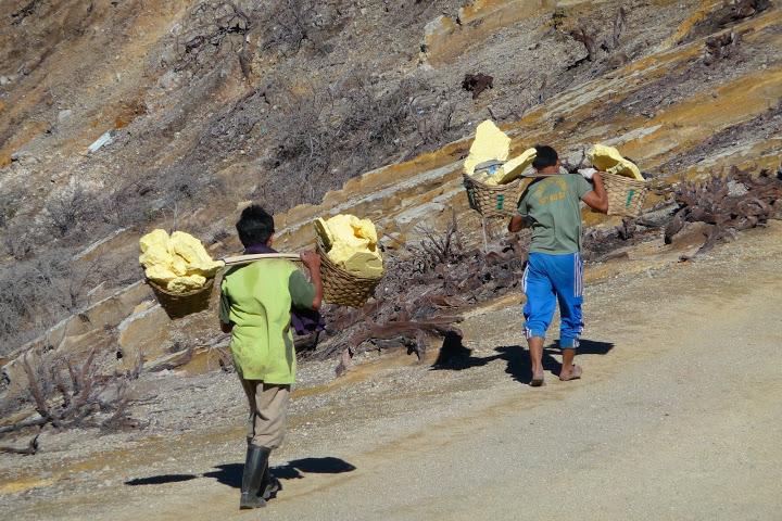 volcan-kawa-ijen-soufre-mineurs-porteurs-voyage-indonesie