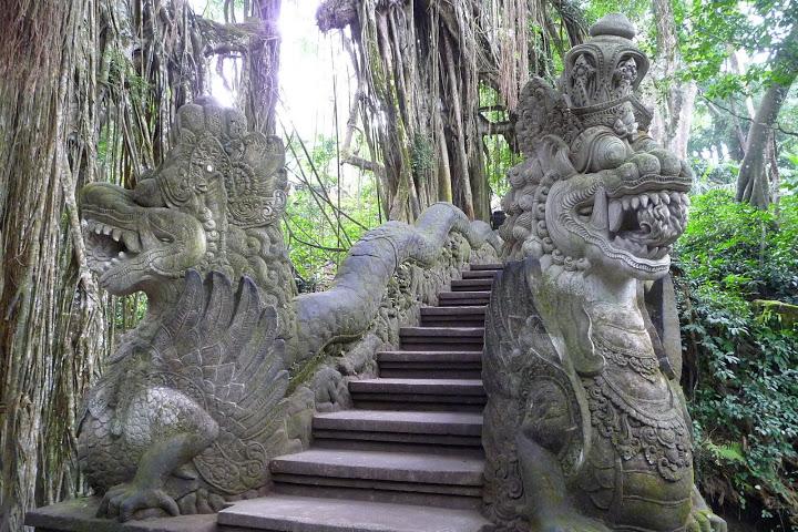 dragons-sculptes-foret-singes-ubud-voyage-indonesie