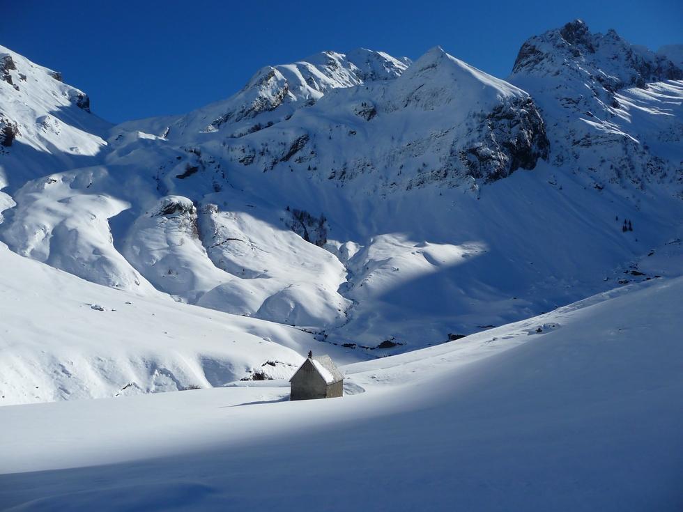 cabane-ourtiga-neige-vierge-raquettes-barguerettes-val-d-aube-louron