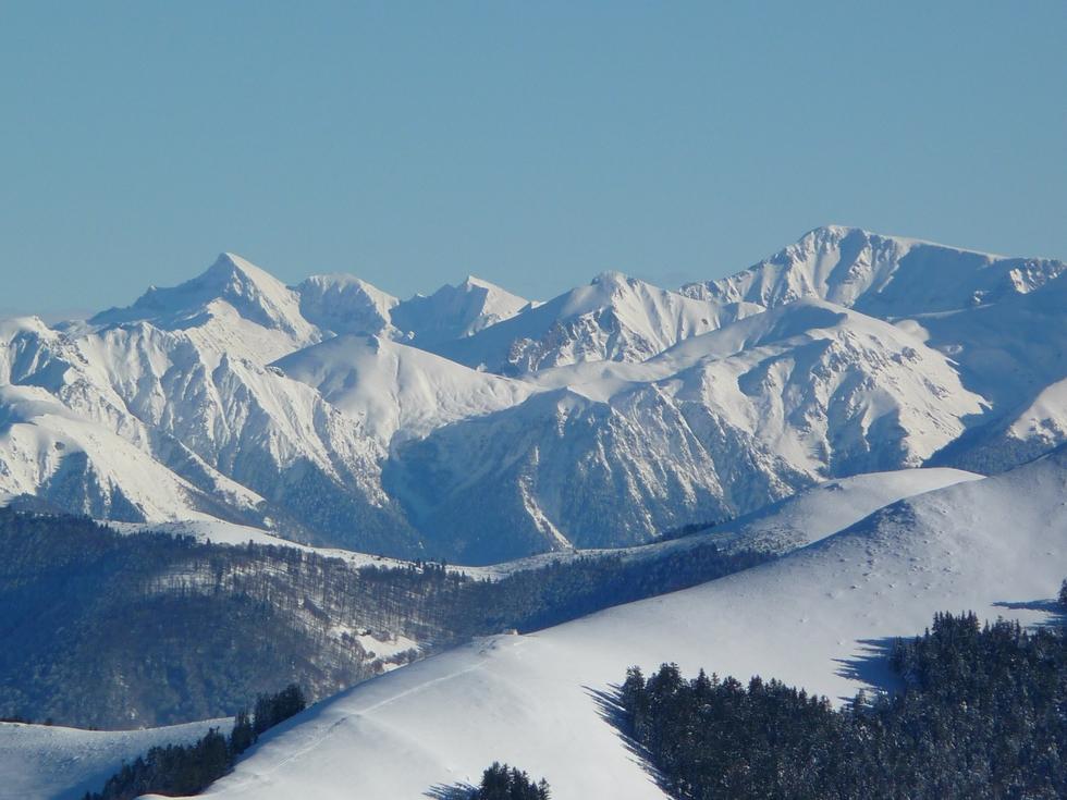 depuis-le-montaut-on-apercoit-le-mont-valier-vers-le-col-de-loyos-neige-de-cinema