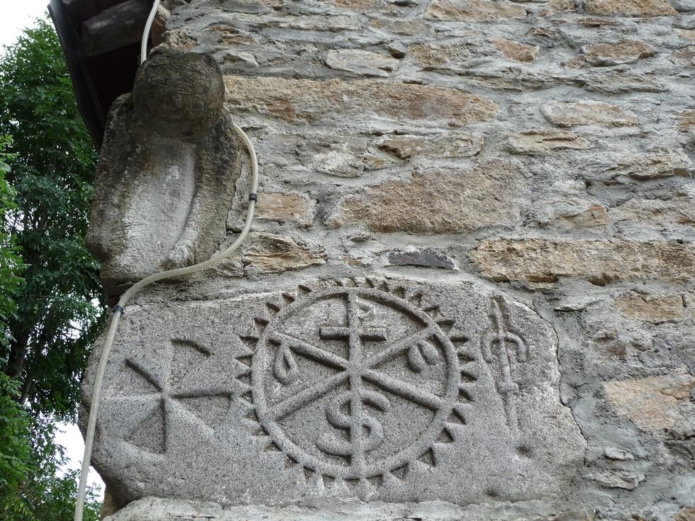 bete-surplombe-linteau-a-chrisme-poubeau-mysterieuses-sculptures-d-animaux