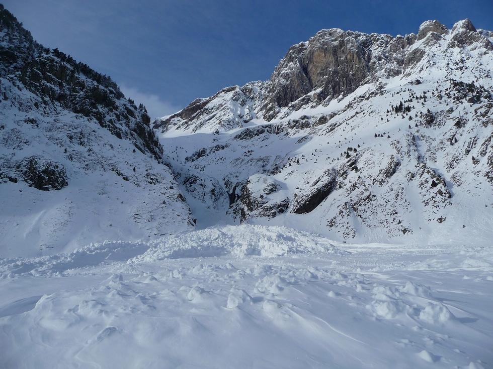 front-avalanches-au-pied-ic-estos-raquettes-vallon-la-pez