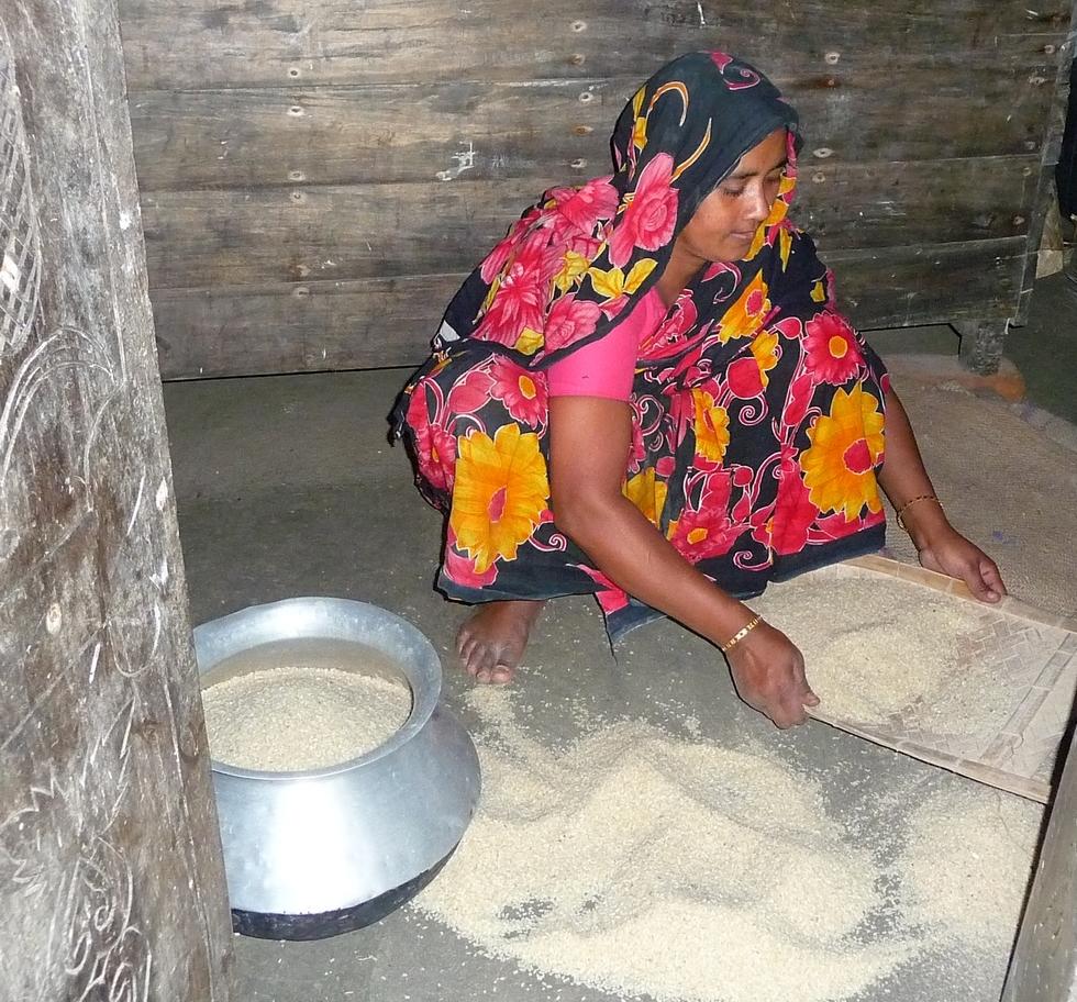 piara-mere-de-rubel-tamisant-le-riz-bangladesh-voyage-d-exception