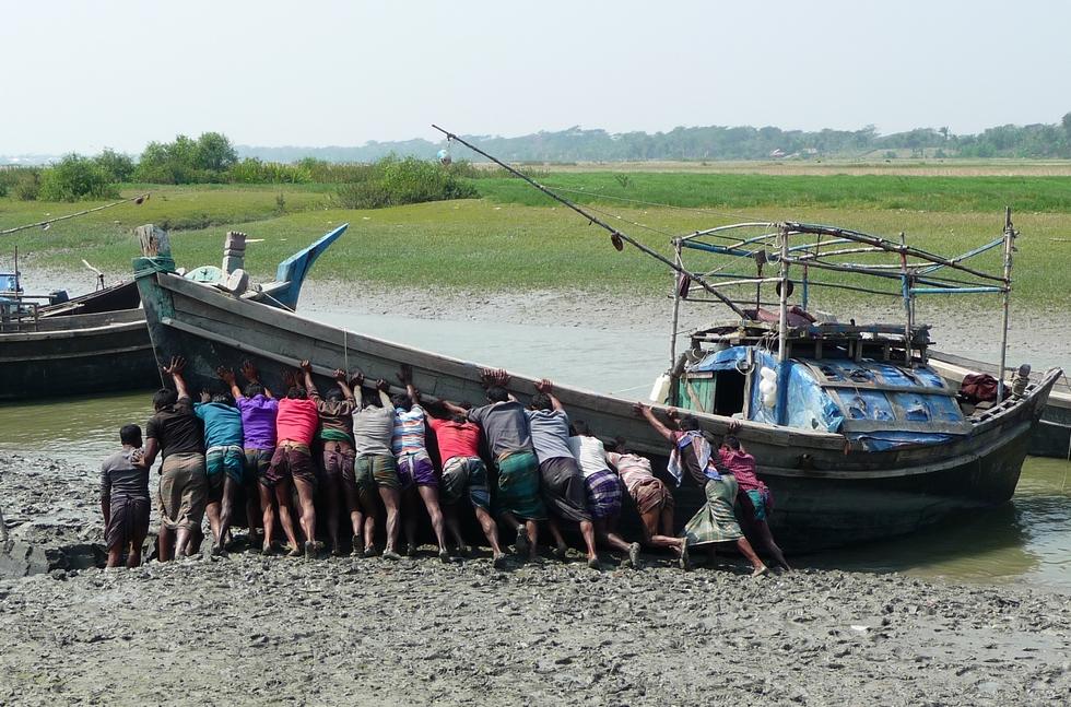 remise-a-l-eau-bateau-peche-en-mer-bangladesh-chez-mes-amis-voyage-d-exception