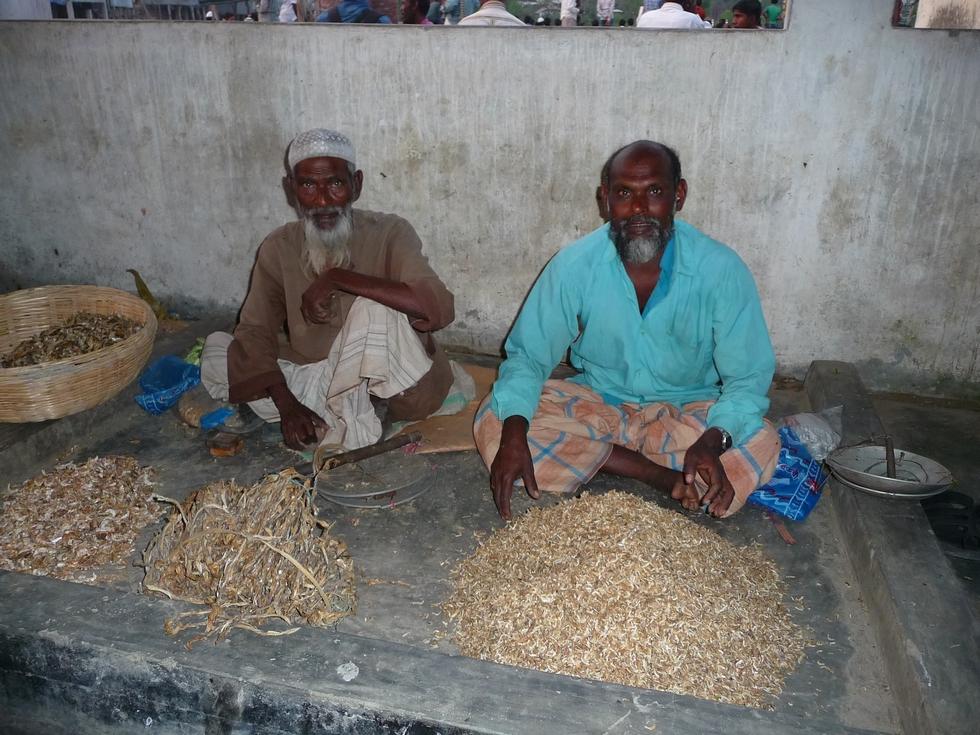 au-marche-vendeurs-poissons-seches-bangladesh-chez-mes-amis-voyage-d-exception