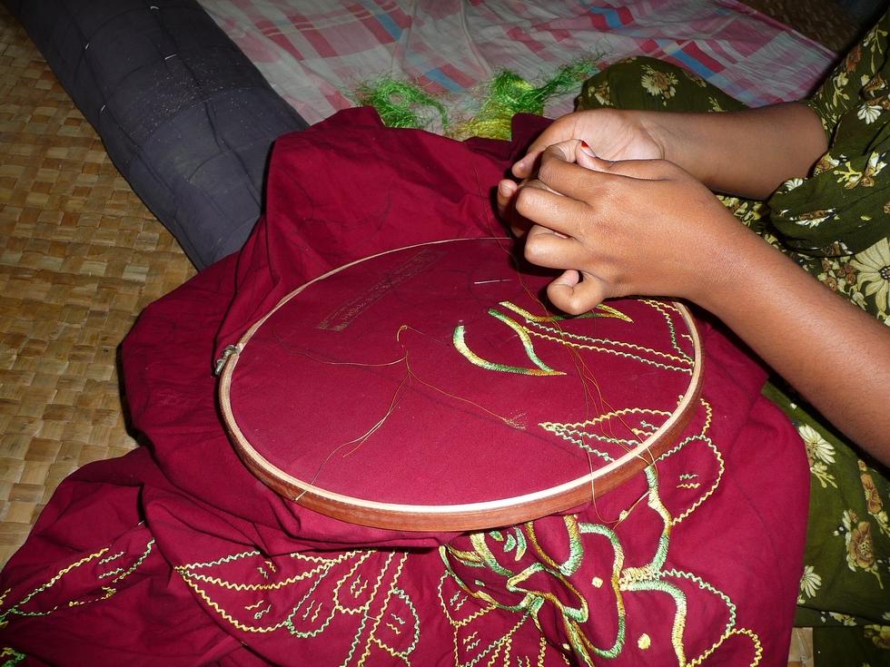 bakia-utilise-cercle-a-broder-bangladesh-chez-mes-amis-voyage-d-exception