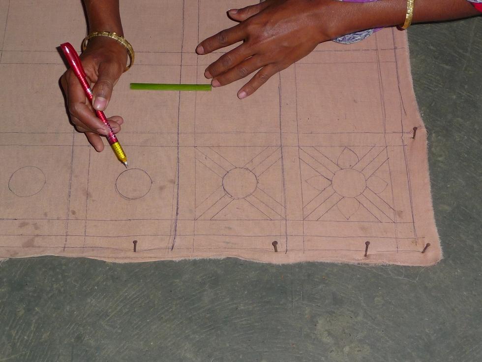 dessin-en-partie-fleur-stylisee-bangladesh-chez-mes-amis-voyage-d-exception