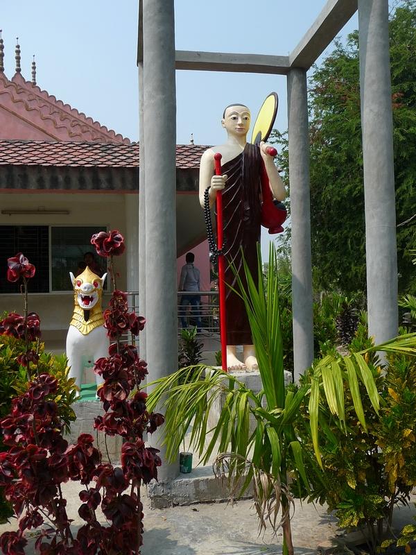 entree-temple-bouddhiste-bangladesh-chez-mes-amis-voyage-d-exception