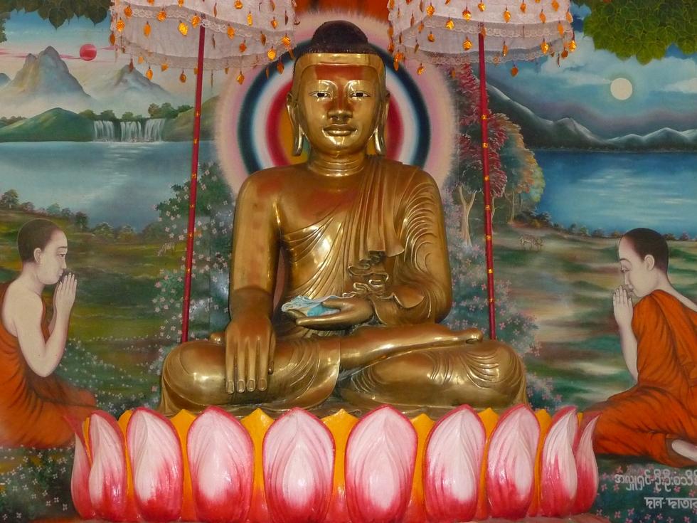 assis-sur-trone-fleur-de-lotus-le-bouddha-premier-sermon-deux-premiers-disciples-bangladesh-chez-mes-amis-voyage-d-exception