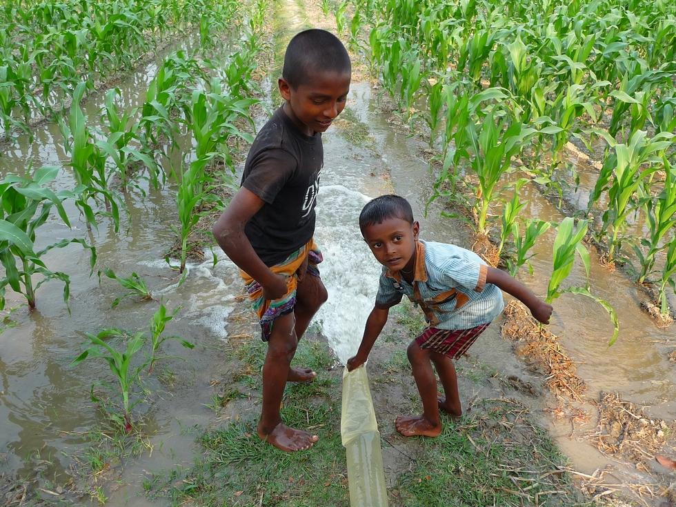 on-joue-un-peu-avec-eau-bangladesh-chez-mes-amis-voyage-d-exception