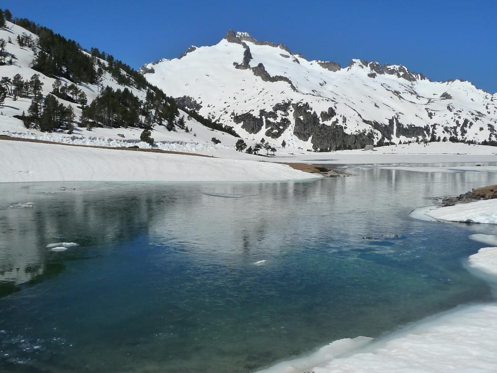 lac-aumar-et-pic-neouvielle-dans-vallon-estibere-raquettes