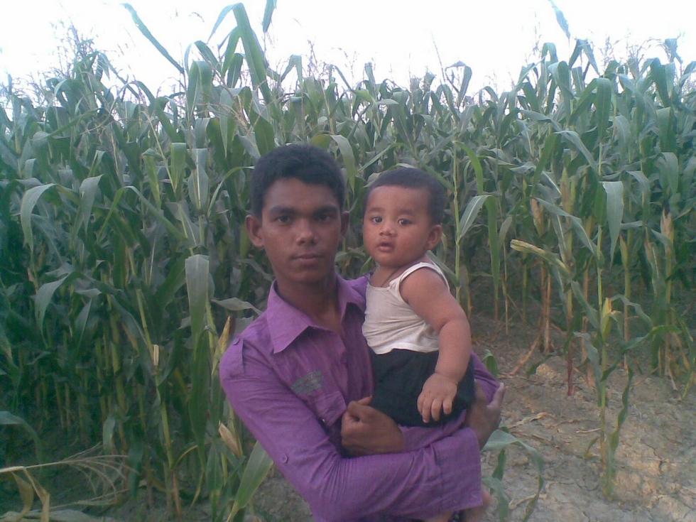 issa-et-petit-cousin-adnan-devant-champ-mais-rubel-bangladesh-chez-mes-amis-voyage-d-exception