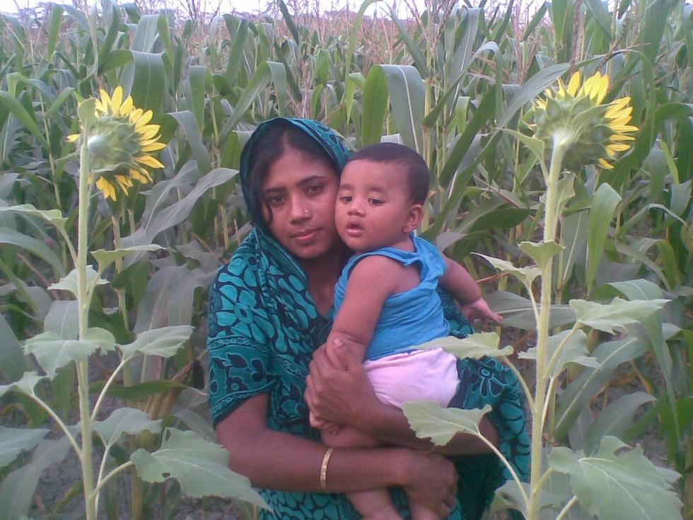 au-milieu-mais-a-cote-tournesols-kanok-et-adnan-bangladesh-chez-mes-amis-voyage-d-exception