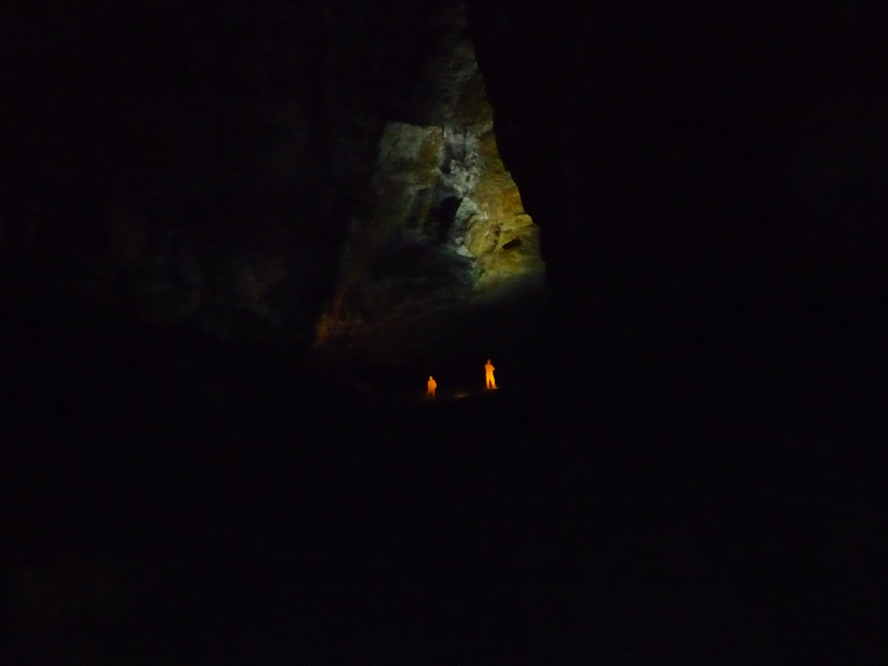 dans-gigantesque-salle-la-verna-mannequin-eclaire-elus-haute-vallee-aure-visitent-la-verna
