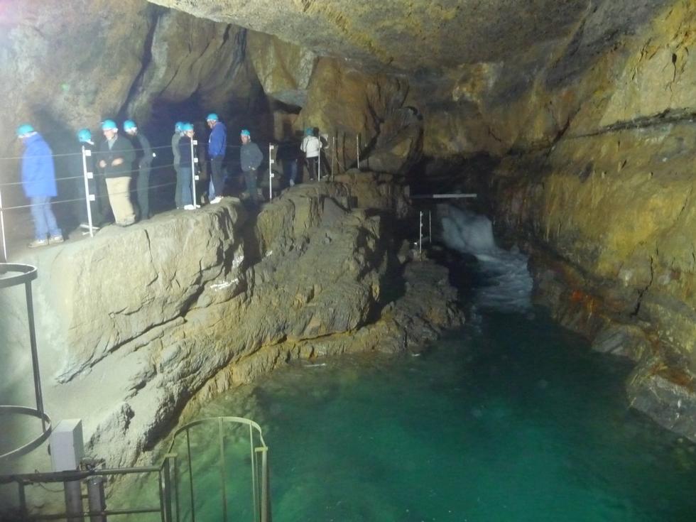 riviere-souterraine-debouche-des-profondeurs-elus-haute-vallee-aure-visitent-la-verna