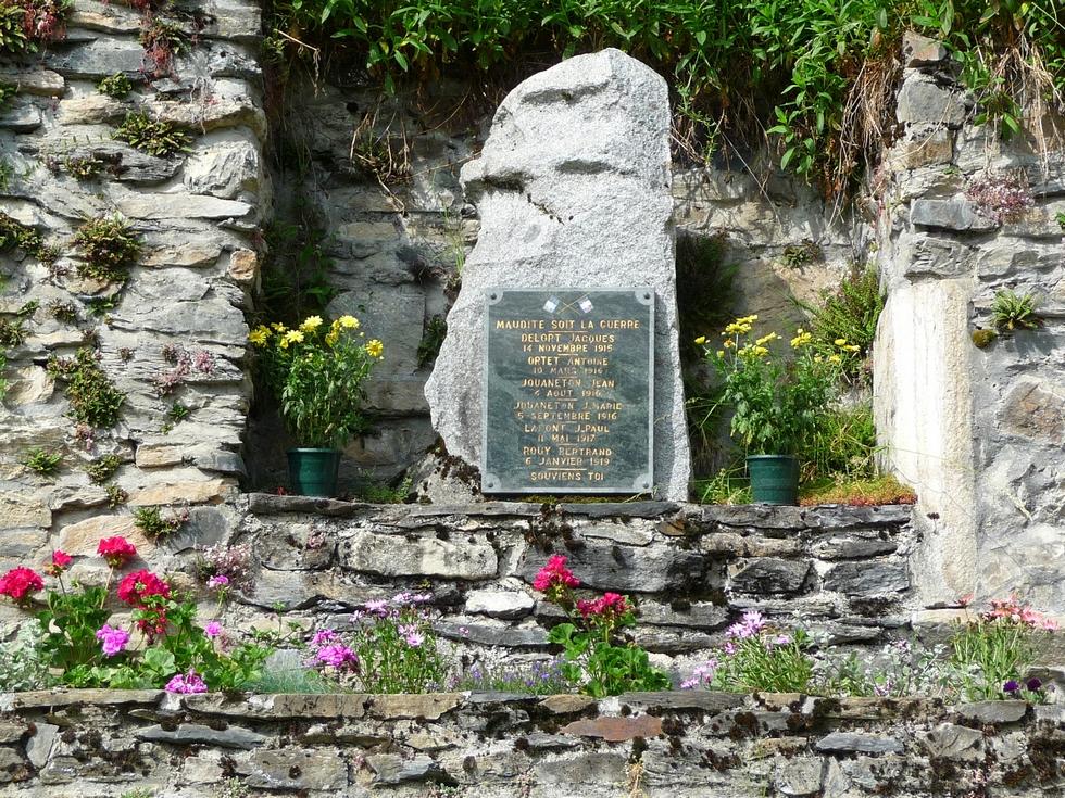 plaque-fixee-tres-beau-bloc-granite-montagnes-grande-guerre-maudite-soit-la-guerre
