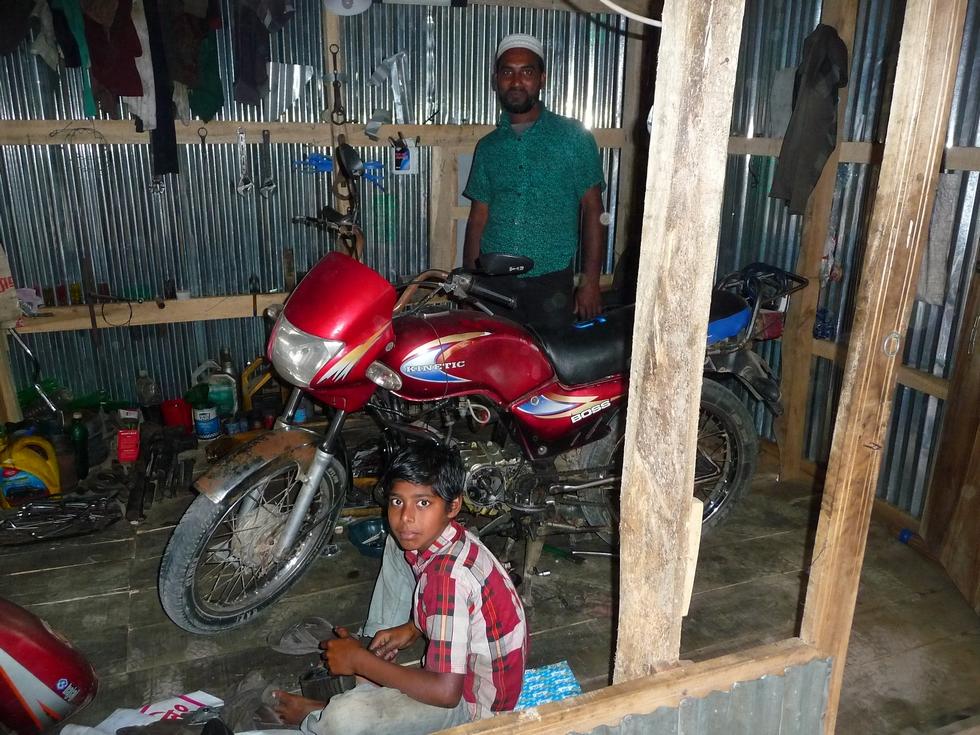 saleh-et-jeune-apprenti-dans-atelier-bangladesh-chez-mes-amis-voyage-d-exception