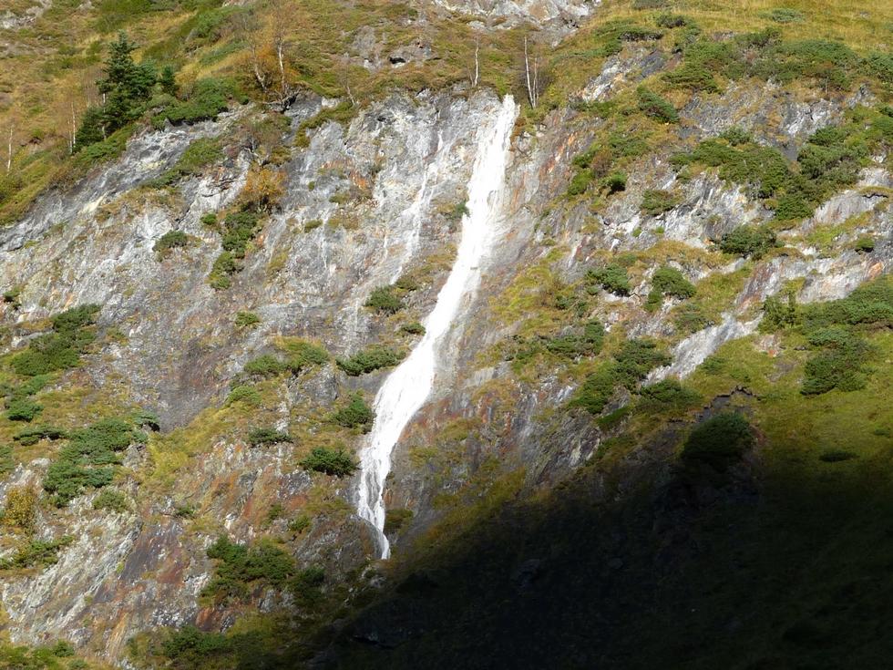 aussi-blanche-qu-etrange-cascade-minerale-rhodos-en-fleurs-toussaint-val-d-aube
