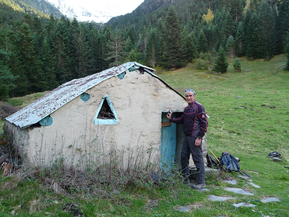 regis-devant-cabane-hitte-longue-pour-y-entrer-ne-pas-etre-grand-lacs-consaterre