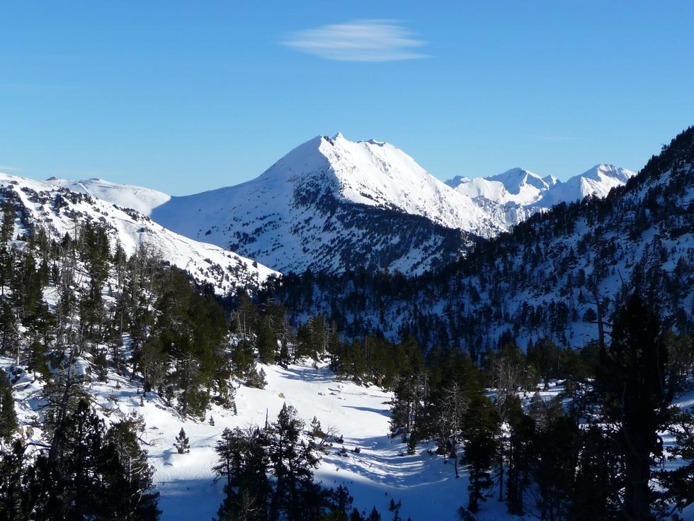 skieurs-reconnaitront-sans-doute-la-bas-a-gauche-partie-station-saint-lary-longue-randonnee-estibere-oule-en-raquettes