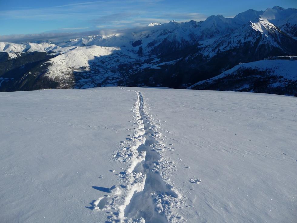 un-peu-plus-loin-champs-neige-vierge-ma-trace-en-vallee-aure-neige-rendez-vous-faire-raquette
