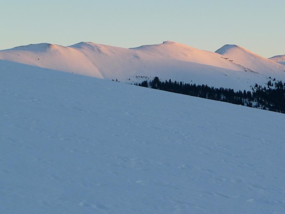 entre-montagne-areng-et-mont-ne-au-dessus-ardengost-loin-de-la-foule-premier-janvier-fin-apres-midi