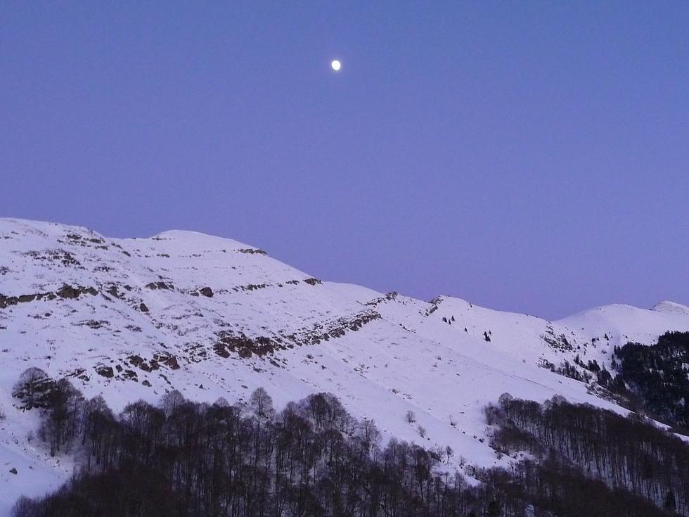 lune-eclaire-retour-au-dessus-ardengost-loin-de-la-foule-premier-janvier-fin-apres-midi