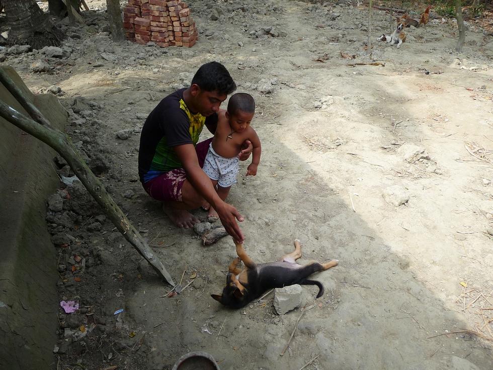 rubel-et-adnan-jouant-avec-nouveau-chiot-youk-bangladesh-second-travel-1