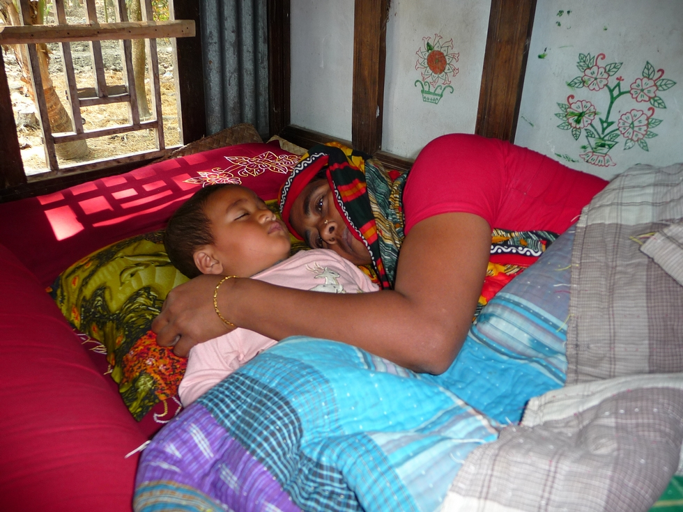 adnan-endormi-cote-sa-grand-mere-piara-bangladesh-second-travel-1