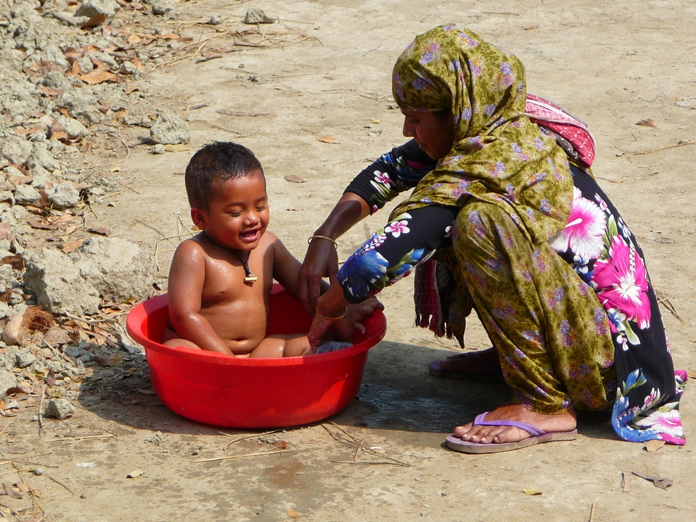 heure-du-bain-adnan-et-sa-maman-bangladesh-second-travel-1