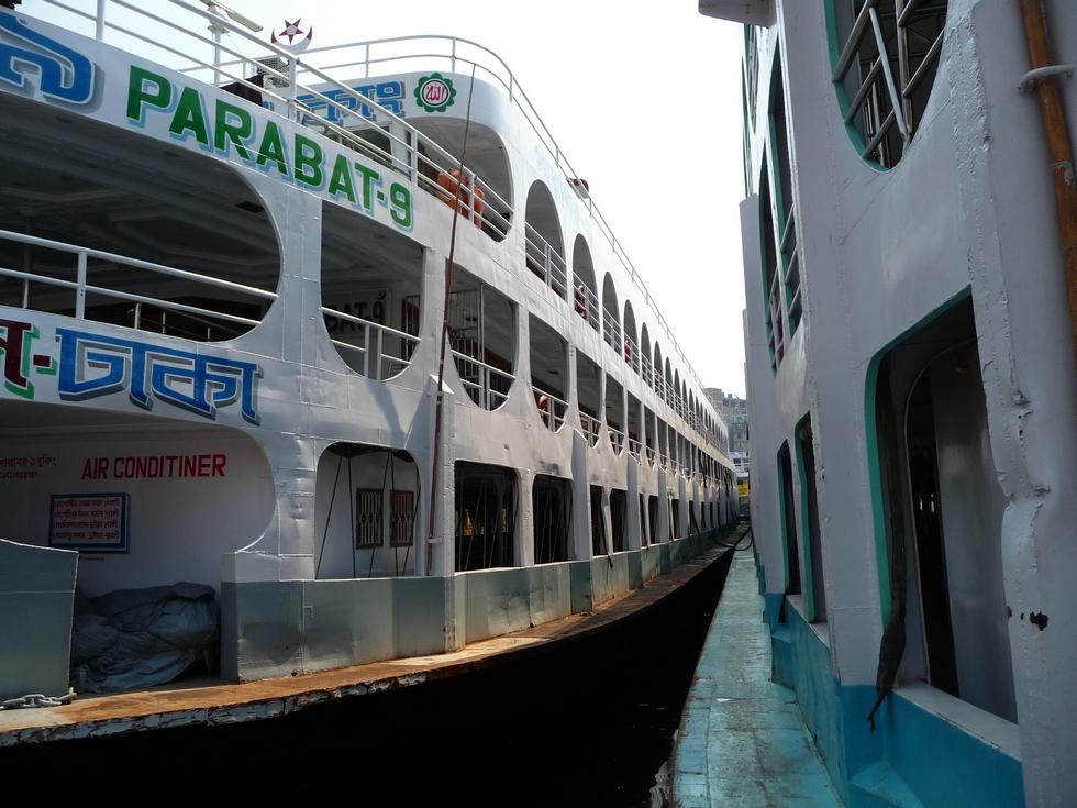 sadarghat-boat-terminal-a-quai-bateaux-sont-accoles-les-uns-aux-autres-bangladesh-second-travel-4