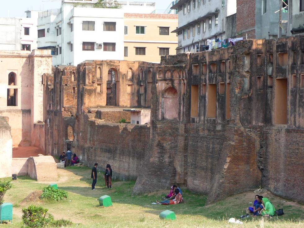 la-jeunesse-de-dhaka-aime-se-retrouver-a-ombre-vestiges-tricentenaires-bangladesh-second-travel-4
