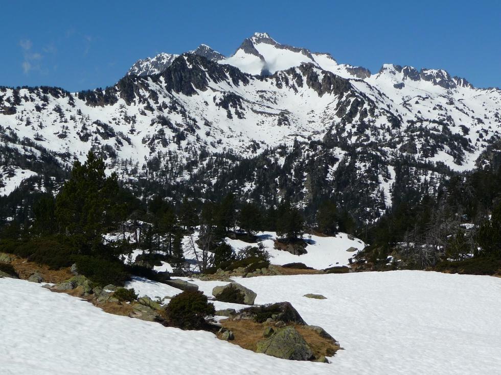 tres-reconnaissable-au-loin-pic-neouvielle-dernieres-neiges-en-raquettes-lacs-bastan