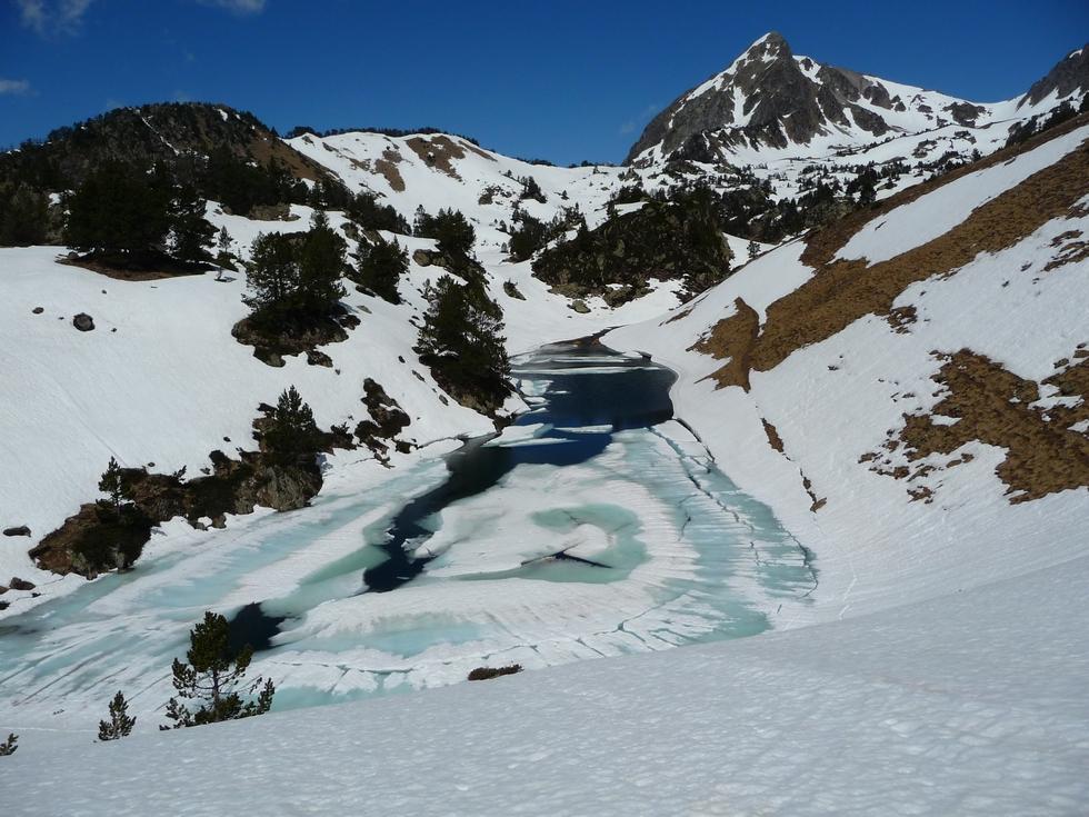 laquette-aval-lacs-milieu-dernieres-neiges-en-raquettes-lacs-bastan