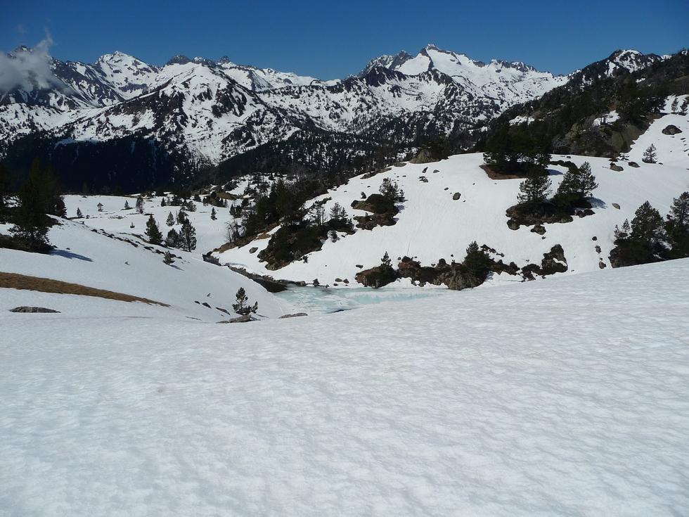 vue-ensemble-vers-pic-long-et-pic-neouvielle-dernieres-neiges-en-raquettes-lacs-bastan