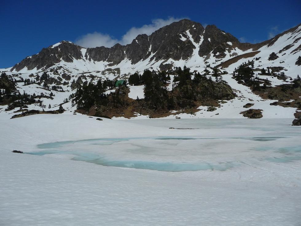 grand-lac-milieu-on-apercoit-toit-vert-refuge-dernieres-neiges-en-raquettes-lacs-bastan
