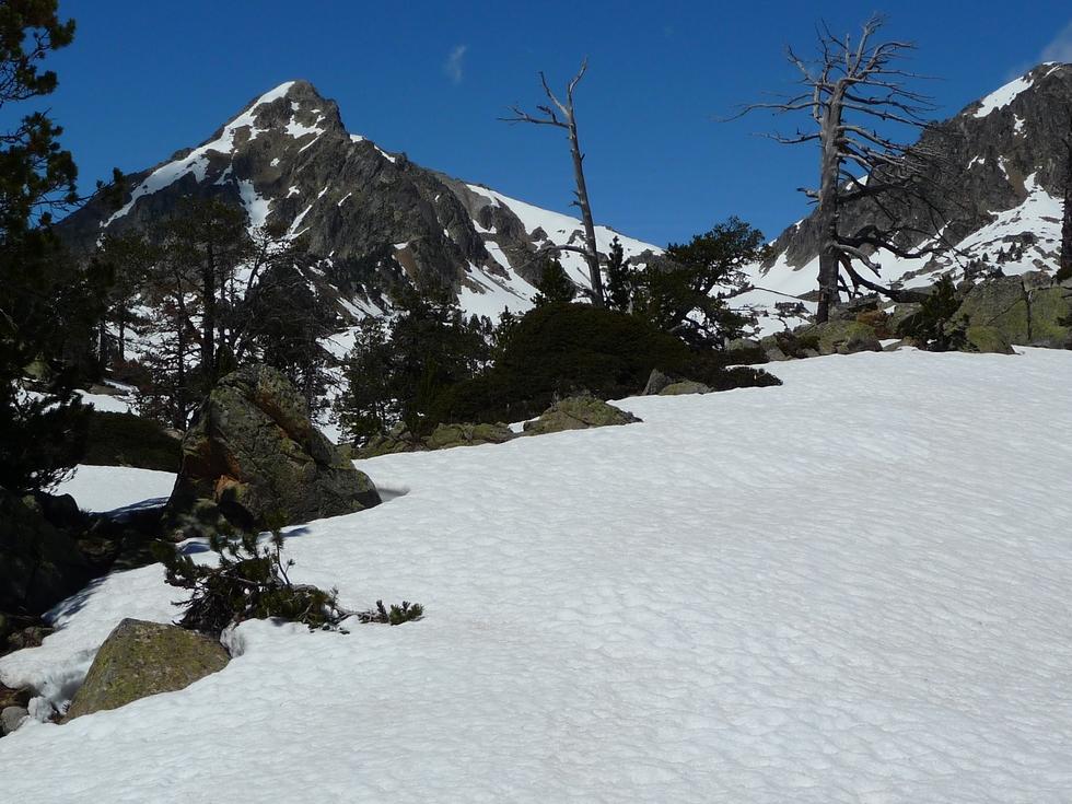 pic-bastan-sur-gauche-dernieres-neiges-en-raquettes-lacs-bastan